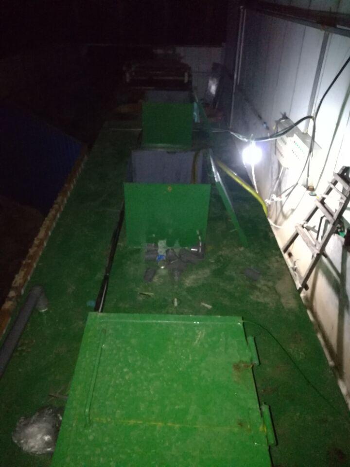 云南养猪场养殖废水处理设备技术技能流程的阐明: 从饲养场排放的废水首先进入格栅渠,在格栅的拦截作用下大多数较大悬浮颗粒物得以别离处理,接着废水进入调理池,在调理池中水质和水量得以极好的调理操控,保证了后续单元的安稳处理,调理池出水经提升泵提升到固液别离器,别离器出水进入水解酸化池,作为厌氧处理的预处理阶段,水解酸化池中因为微生物的厌氧作用,大分子的有机物被分解为小分子有机物,减轻了厌氧处理的容积负荷。厌氧处理选用UASB升流式厌氧污泥床反响器,废水经过布水安置以此进入底部的污泥层和中上部污泥悬浮区,与其